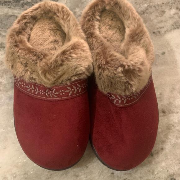 Isotoner slippers Nwot